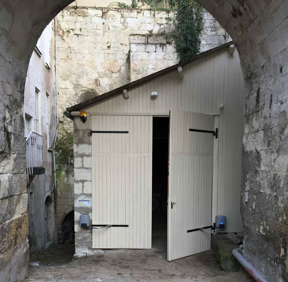 Motorisation porte de garage porte bois saumur portail for Motorisation portail de garage